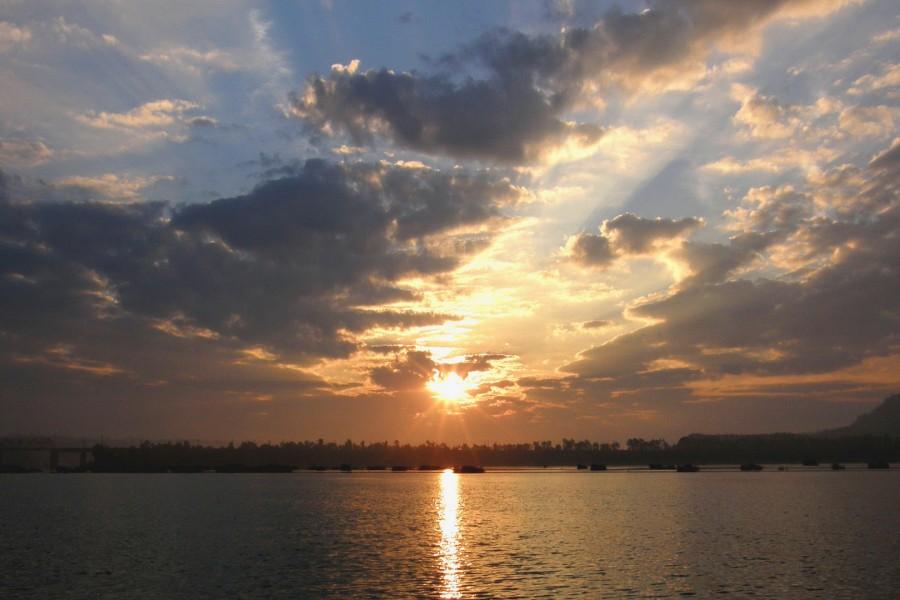 Sol y nubes sobre el agua
