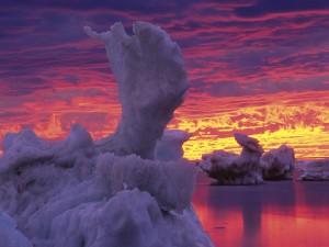 Bonito cielo sobre unos icebergs