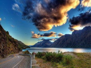 Carretera bordeando un lago