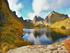Colores otoñales junto a un lago de montaña