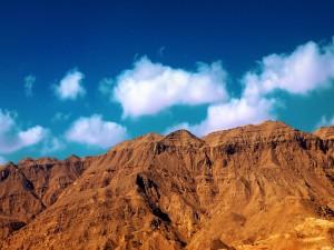 Nubes blancas sobre las montañas marrones