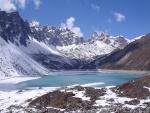 Lago congelado entre montañas