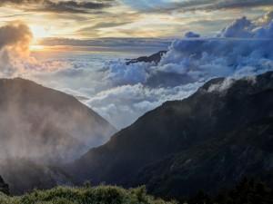 Mar de nubes junto a las montañas
