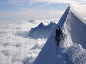 Caminando por la cima de la montaña