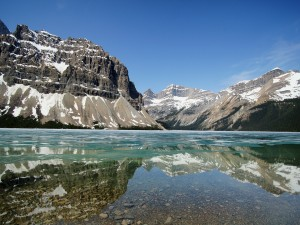 Montañas reflejadas en un lago cristalino