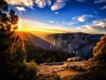 Resplandeciente sol brillando en las montañas