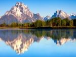 Bonitas montañas reflejadas en el agua