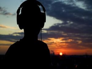 Escuchando música en la puesta del sol