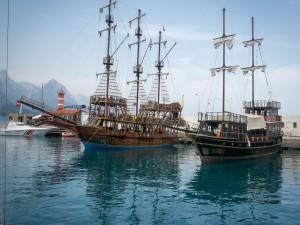 Barco vikingo en el puerto