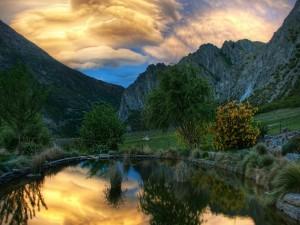 Estanque en una finca rodeada de montañas