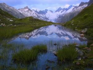 Montañas reflejadas en un pequeño lago