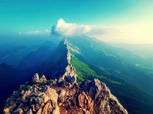 Sobre la cima escarpada de la montaña