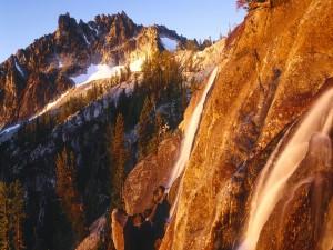 Agua y nieve en las montañas
