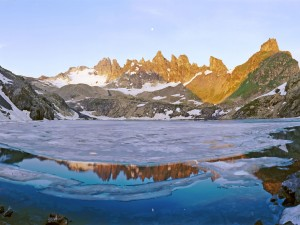 Lago helado entre montañas