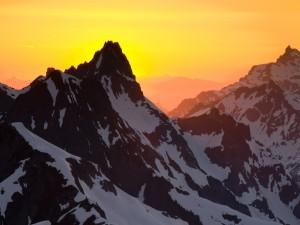 Hermoso cielo lleno de luz sobre las montañas