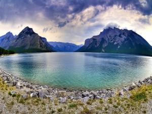 Montañas a orillas del lago