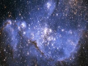Estrellas brillando en el espacio