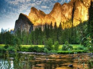 Montañas iluminadas junto a un río