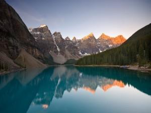 Hermoso paisaje con un lago y montañas
