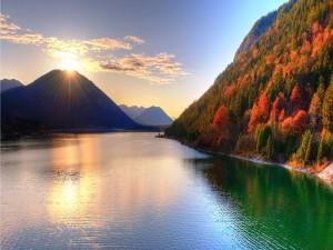 Sol brillando sobre una montaña