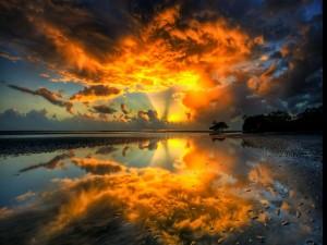 Colorido cielo reflejado en el agua