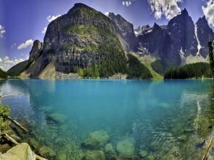Lago de color azul junto a las montañas