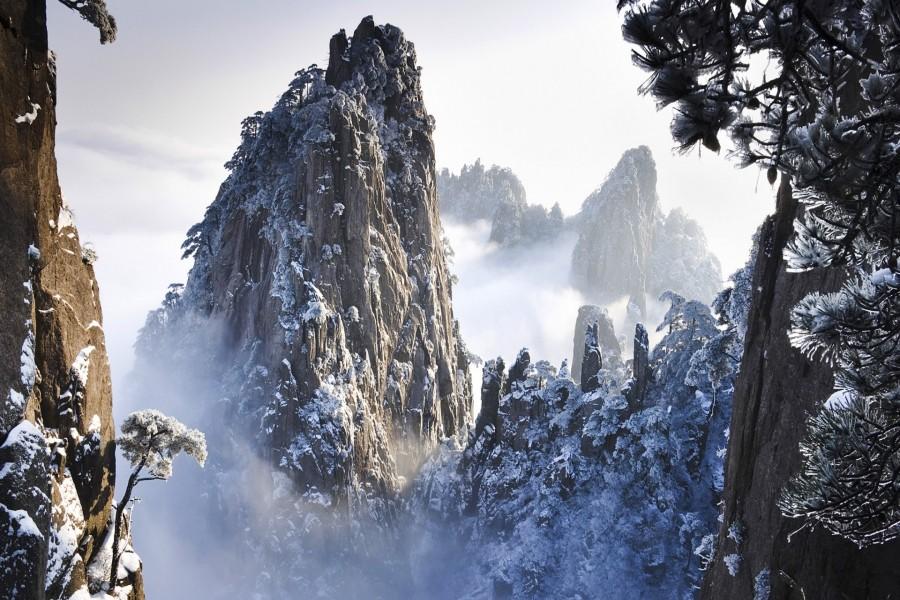Nieve sobre las grandes rocas