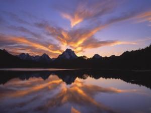 Nubes iluminadas reflejadas en el lago