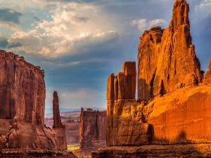 Las rocas de un cañón iluminadas por el sol