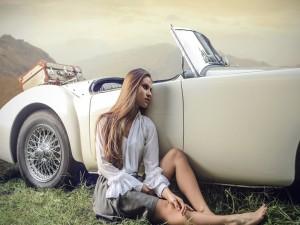 Mujer sentada al lado de un coche