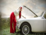 Chica tratando de arreglar el coche