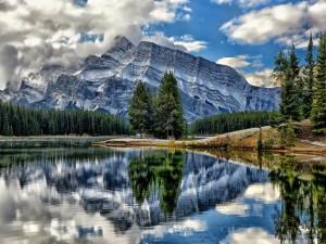Contemplando la montaña y el lago