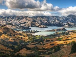 Lago en un paisaje montañoso