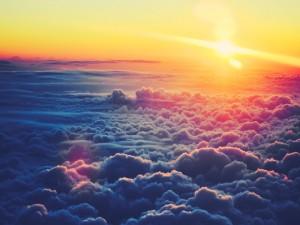 Un brillante sol sobre las nubes