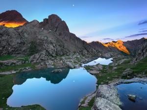 Luna reflejada en un pequeño lago