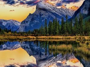 Gran montaña reflejada en un lago