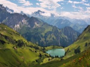 Un hermoso lago entre montañas verdes