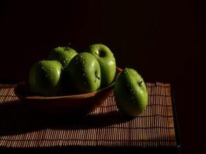 Manzanas verdes recién lavadas