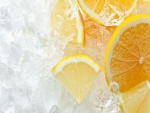 Rodajas de limón sobre cubos de hielo