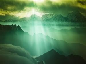 Rayos de sol sobre las montañas