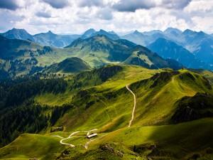 Senderos en las verdes montañas