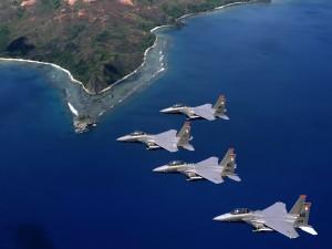 Cuatro aviones de combate sobrevolando el mar