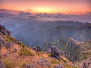 Contemplando el cielo y las montañas