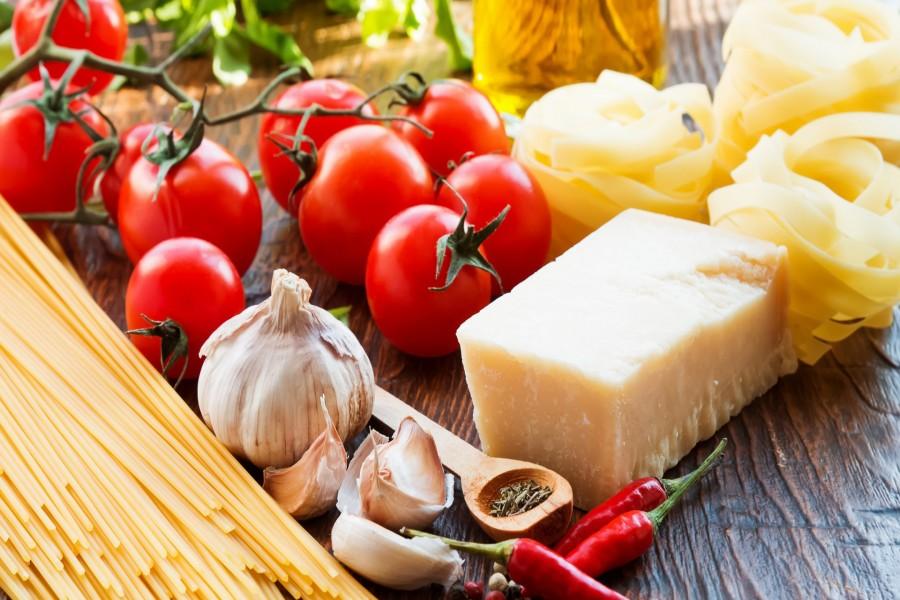 Pasta e ingredientes para preparar una rica salsa