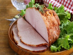 Pieza de carne asada decorada con lechuga