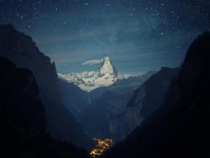 Cielo estrellado sobre el Monte Cervino