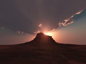 Hermoso amanecer tras la montaña