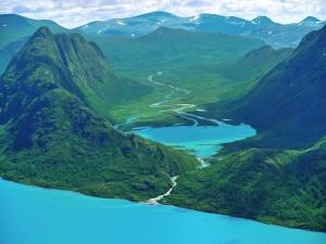 Hermosa desembocadura de un río entre verdes montañas