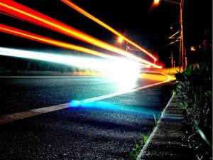 Luces brillando en una carretera