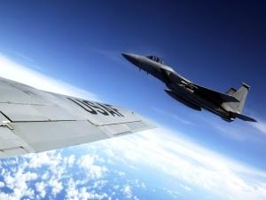 Aviones de combate sobre las nubes